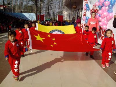五星红旗队和园徽队的孩子们入场
