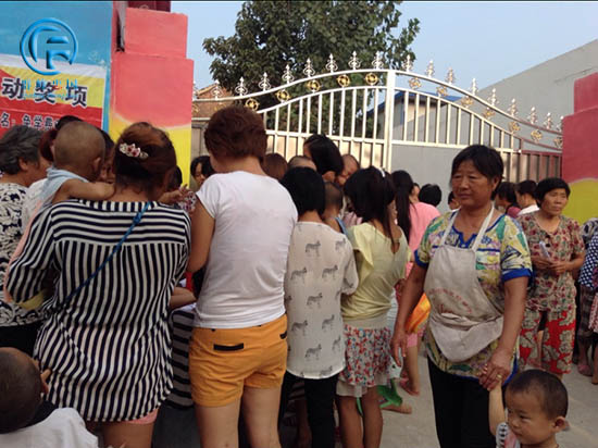 2014年8月19日对于太康清集乡育才幼儿园是一个重要的、值得纪念的日子,所有的家长们都期待着这一天的到来,因为在这个特殊的日子里,我们特别邀请到群峰忠国教育集团执行董事长、和谐家庭教育指导师郭艳老师为我们讲解《做合格父母育领袖英才》的大型公益讲座。本次活动得到了当地各级领导的大力支持。  活动还没开始,家长朋友们都早已等候在门外进行排队签到,都共同期待着专家的到来。  家长们都入座后,主持人闪亮登场,宣布活动正式开始。  一曲优美的舞蹈拉开了本场活动的序幕,老师们是多才多艺,教书育人的同时也是能歌善舞。