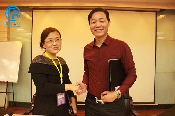 祝贺邯郸市曲州童星双语幼儿园与群峰教育签约,孟园长和群峰教育董事